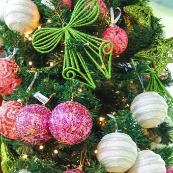 https://cf.ltkcdn.net/christmas/images/slide/189718-850x850-modern-christmas-decorations.jpg