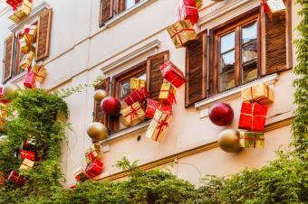 https://cf.ltkcdn.net/christmas/images/slide/189719-849x565-festive-window-packaging.jpg