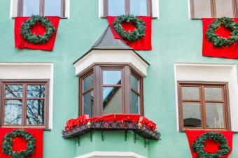 https://cf.ltkcdn.net/christmas/images/slide/189720-849x565-banners-and-wreaths.jpg