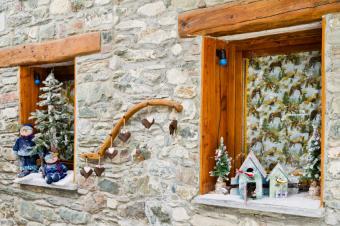 https://cf.ltkcdn.net/christmas/images/slide/189721-849x565-window-vignettes.jpg