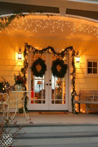 https://cf.ltkcdn.net/christmas/images/slide/189847-567x850-Entrance-Christmas-Door.jpg