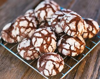 https://cf.ltkcdn.net/christmas/images/slide/190758-850x668-chocolate-crinkle-cookies.jpg