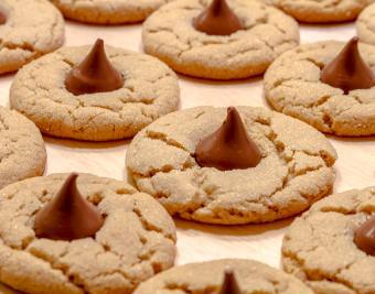 https://cf.ltkcdn.net/christmas/images/slide/190759-850x668-peanut-butter-blossoms.jpg