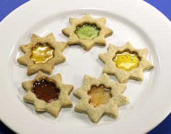 https://cf.ltkcdn.net/christmas/images/slide/190763-850x668-stained-glass-cookies.jpg