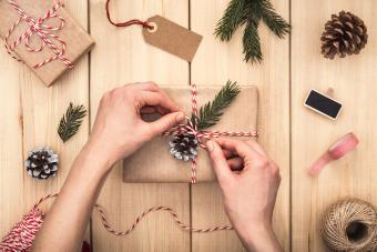 https://cf.ltkcdn.net/christmas/images/slide/205944-850x567-wrapping-a-gift-using-pine-cones.jpg