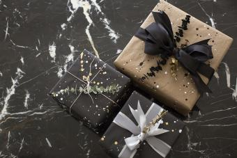 https://cf.ltkcdn.net/christmas/images/slide/206869-700x467-aimee_song_diy_gift_wrap_paper_black_and_gold.jpg