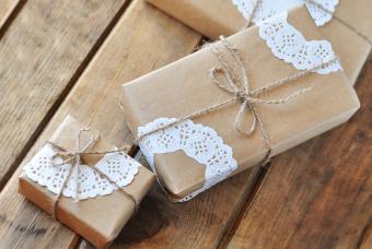 https://cf.ltkcdn.net/christmas/images/slide/206880-850x570-Doilie-Gift-Wrapping.jpg