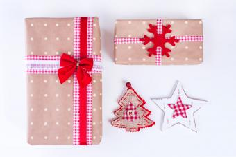 https://cf.ltkcdn.net/christmas/images/slide/206886-850x567-polka-dot-gift-wrapping-paper.jpg