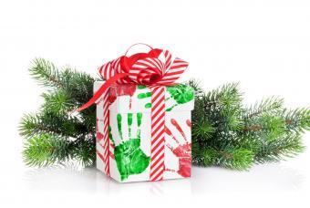https://cf.ltkcdn.net/christmas/images/slide/206890-850x570-hand-print-paint-wrapping-paper.jpg