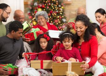 https://cf.ltkcdn.net/christmas/images/slide/230943-850x613-family-opening-holiday-gifts.jpg