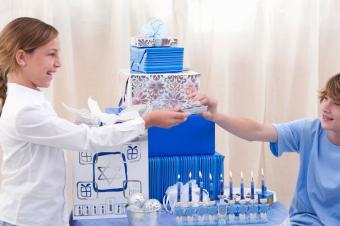 https://cf.ltkcdn.net/christmas/images/slide/252475-850x566-holiday-gift-ideas.jpg