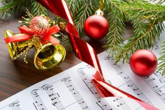 Christmas decorations on the sheets with notes