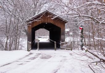 https://cf.ltkcdn.net/christmas/images/slide/253921-850x595-2_christmas-covered-bridge.jpg