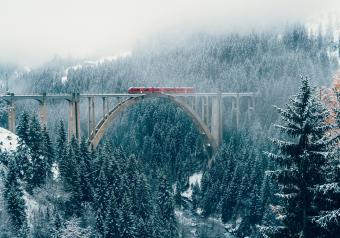https://cf.ltkcdn.net/christmas/images/slide/253932-850x595-13_Train_Snowy_Bridge.jpg