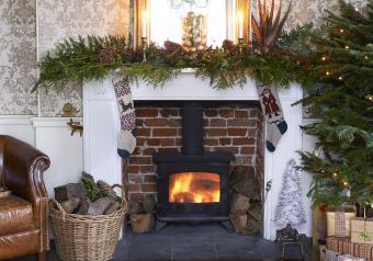 https://cf.ltkcdn.net/christmas/images/slide/254042-850x595-7_Elegant_Fireplace.jpg