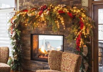 https://cf.ltkcdn.net/christmas/images/slide/254046-850x595-11_Dramatic_Garland_Fireplace.jpg