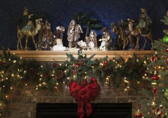 https://cf.ltkcdn.net/christmas/images/slide/254047-850x595-12_Nativity_Fireplace.jpg