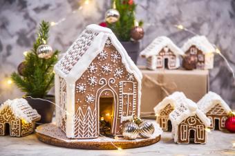 https://cf.ltkcdn.net/christmas/images/slide/274932-850x567-gingerbread-house.jpg