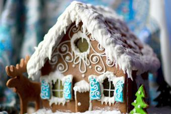 https://cf.ltkcdn.net/christmas/images/slide/274933-850x566-blue-gingerbread-house.jpg