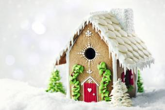 https://cf.ltkcdn.net/christmas/images/slide/274934-850x567-red-door-gingerbread-house.jpg