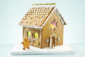 https://cf.ltkcdn.net/christmas/images/slide/274935-850x567-gingerbread-man-and-house.jpg