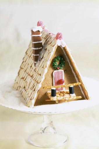 https://cf.ltkcdn.net/christmas/images/slide/274936-567x850-gingerbread-house-on-cake-stand.jpg