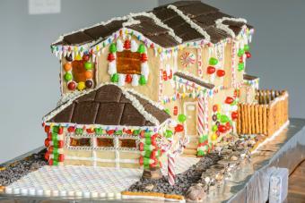 https://cf.ltkcdn.net/christmas/images/slide/274937-850x567-big-gingerbread-house.jpg