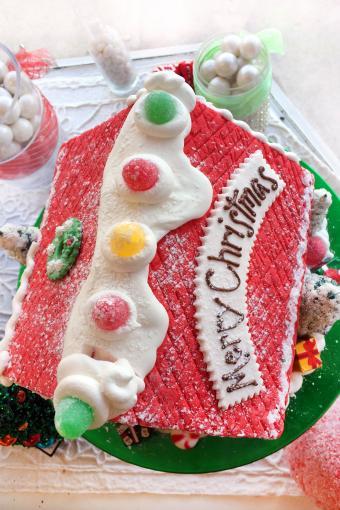 https://cf.ltkcdn.net/christmas/images/slide/274940-333x500-gingerbread-house-roof.jpg