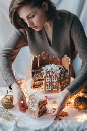 https://cf.ltkcdn.net/christmas/images/slide/274945-567x850-gingerbread-house-cake.jpg