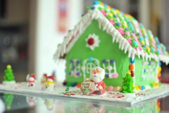 https://cf.ltkcdn.net/christmas/images/slide/274955-850x567-santas-ginger-bread-house.jpg