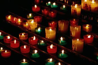https://cf.ltkcdn.net/christmas/images/slide/275056-850x567-memorial-candles.jpg