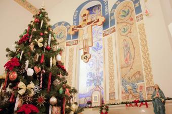 https://cf.ltkcdn.net/christmas/images/slide/275062-850x567-church-at-christmas.jpg