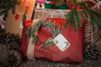 https://cf.ltkcdn.net/christmas/images/slide/275213-850x566-decorative-wreath.jpg