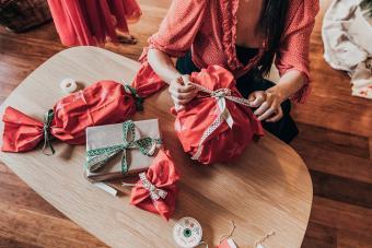 https://cf.ltkcdn.net/christmas/images/slide/275215-850x566-reusable-fabric-wrapping-technique.jpg