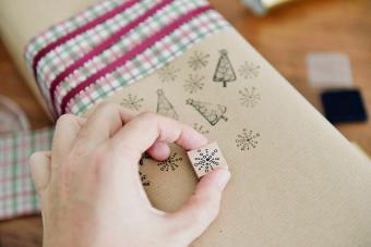 https://cf.ltkcdn.net/christmas/images/slide/275226-850x566-hand-stamped-wrapping-paper.jpg