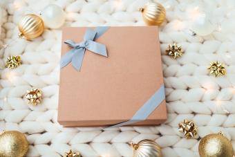 https://cf.ltkcdn.net/christmas/images/slide/275227-850x566-side-bow-wrapping.jpg
