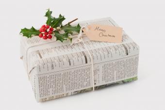 https://cf.ltkcdn.net/christmas/images/slide/275230-850x566-newspaper-wrapping.jpg