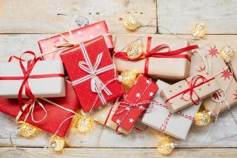 https://cf.ltkcdn.net/christmas/images/slide/275235-850x566-traditional-christmas-gift-wrap.jpg