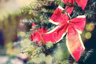 17 Charming Ways to Decorate a Christmas Tree With Ribbon