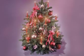 https://cf.ltkcdn.net/christmas/images/slide/275718-850x566-christmas-tree-ribbon-02.jpg