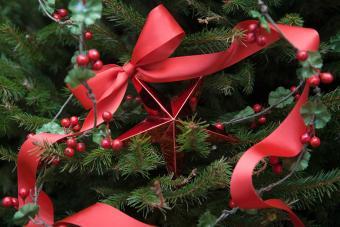 https://cf.ltkcdn.net/christmas/images/slide/275720-850x566-christmas-tree-ribbon-04.jpg