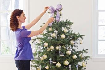 https://cf.ltkcdn.net/christmas/images/slide/275721-850x566-christmas-tree-ribbon-05.jpg
