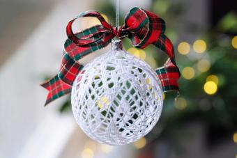 https://cf.ltkcdn.net/christmas/images/slide/275722-850x566-christmas-tree-ribbon-06.jpg