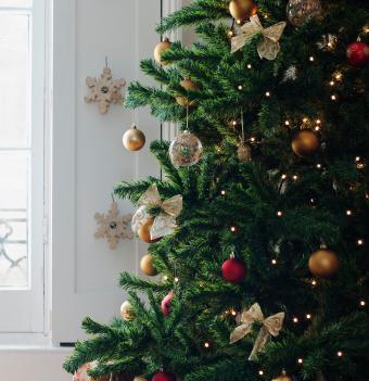 https://cf.ltkcdn.net/christmas/images/slide/275723-823x850-christmas-tree-ribbon-07.jpg