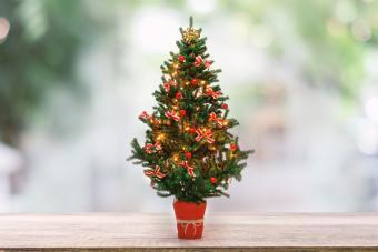 https://cf.ltkcdn.net/christmas/images/slide/275724-850x566-christmas-tree-ribbon-08.jpg
