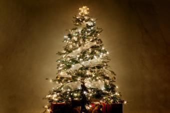 https://cf.ltkcdn.net/christmas/images/slide/275726-850x566-christmas-tree-ribbon-10.jpg
