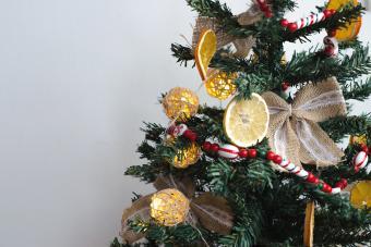 https://cf.ltkcdn.net/christmas/images/slide/275729-850x566-christmas-tree-ribbon-13.jpg