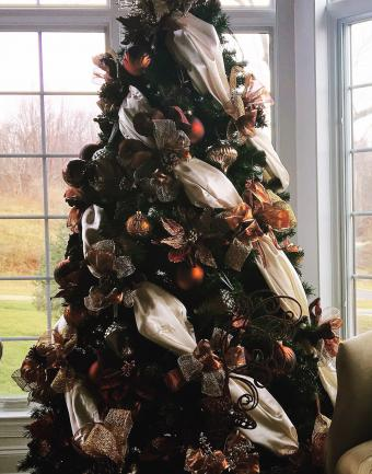 https://cf.ltkcdn.net/christmas/images/slide/275732-668x850-christmas-tree-ribbon-16.jpg