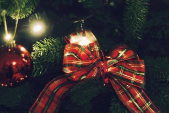 https://cf.ltkcdn.net/christmas/images/slide/275733-850x566-christmas-tree-ribbon-17.jpg