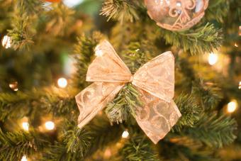 https://cf.ltkcdn.net/christmas/images/slide/275735-850x566-christmas-tree-ribbon-18.jpg